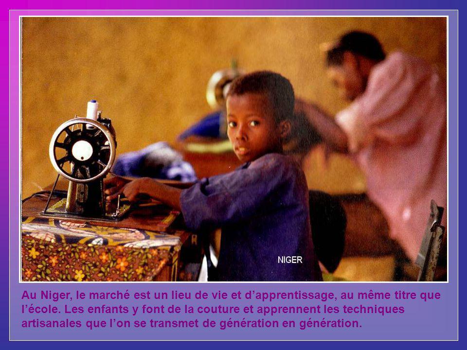 Au Niger, le marché est un lieu de vie et dapprentissage, au même titre que lécole.