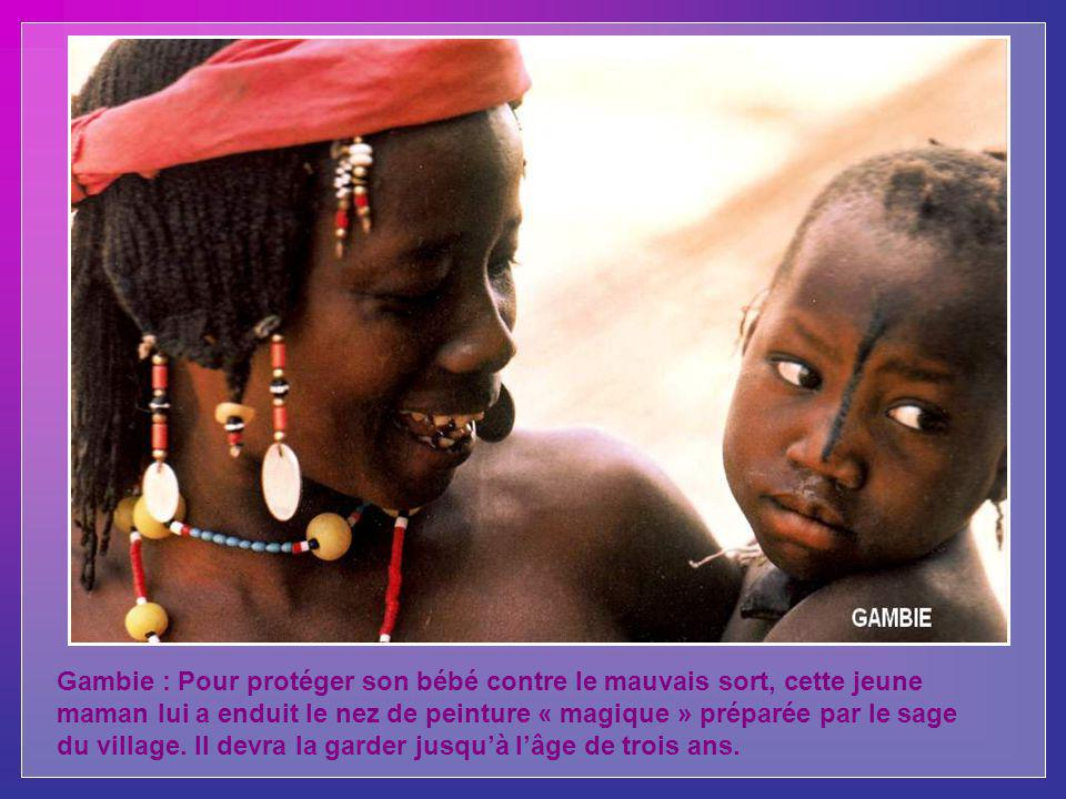 Madagascar : ce jeune garçon appartient à lune des plus anciennes po- pulations de lîle, les Sakalava. Dormant dans une case, il veille sur son troupe