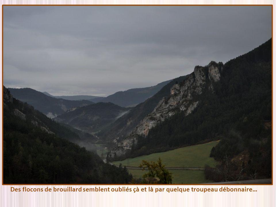 En redescendant du col de la Grimone (1318 m) nous apercevons au fond de la vallée le petit village de Grimone… Jaime tant ces petits villages, qui se