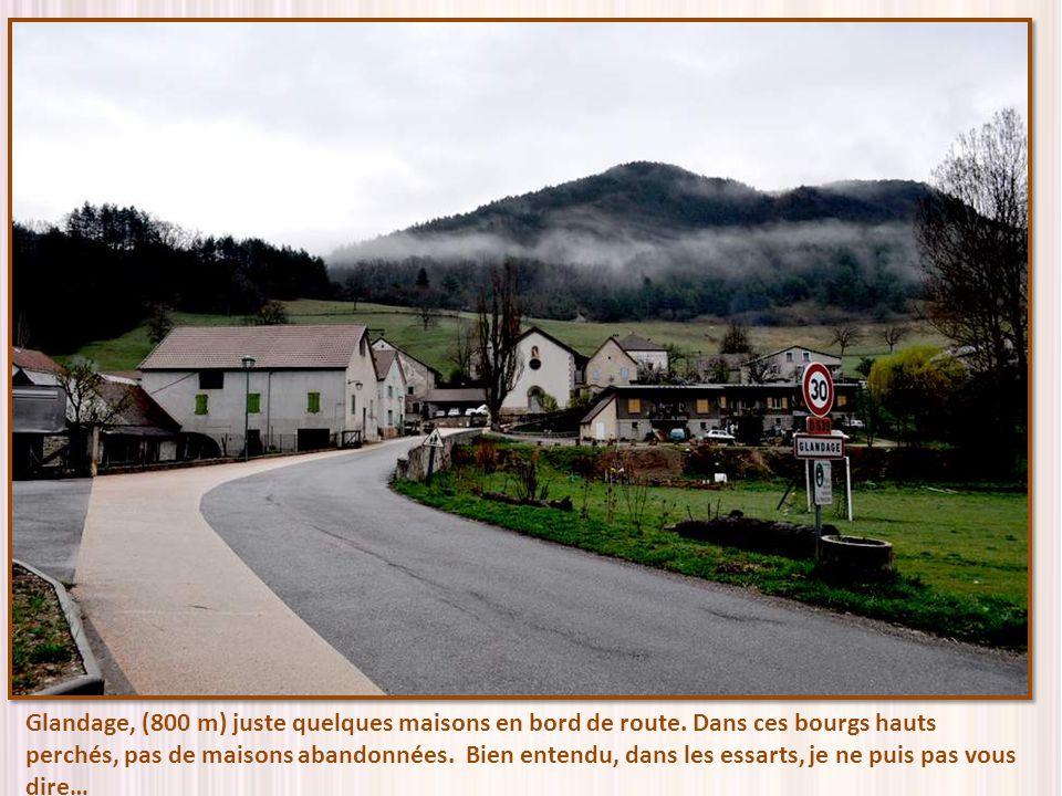 Glandage, (800 m) juste quelques maisons en bord de route.