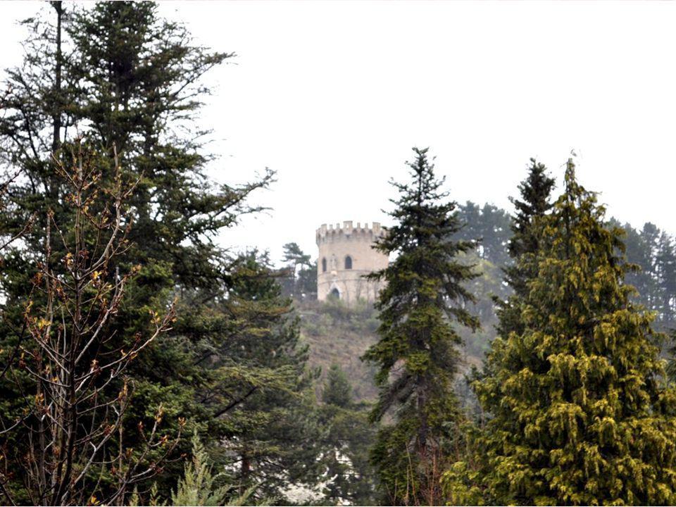 La tour de Purgnon est un monument bien visible en arrivant à Die par la route de Gap. Elle est perchée sur une colline, à droite, au milieu des pins.