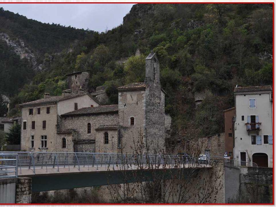 Le temple de Pontaix est lancienne chapelle du château (XIIIème s.) dont les ruines dominent le village et qui fut une importante place forte protesta