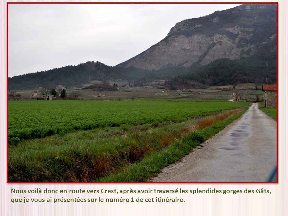 Remarquez les remparts qui sétagent sur la colline.