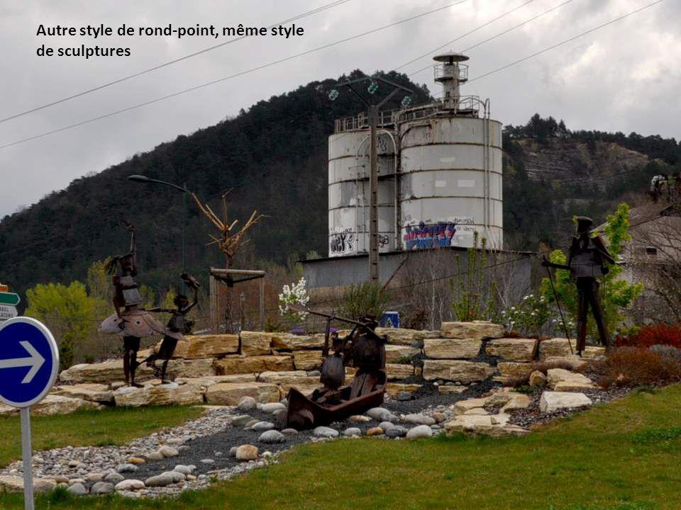 Devant ce rond-point présentant les cultures en espaliers, des statues ; « les travailleurs »