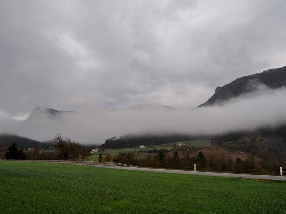 Mais la montagne est toujours là, qui semble vouloir savancer pour submerger la plaine.