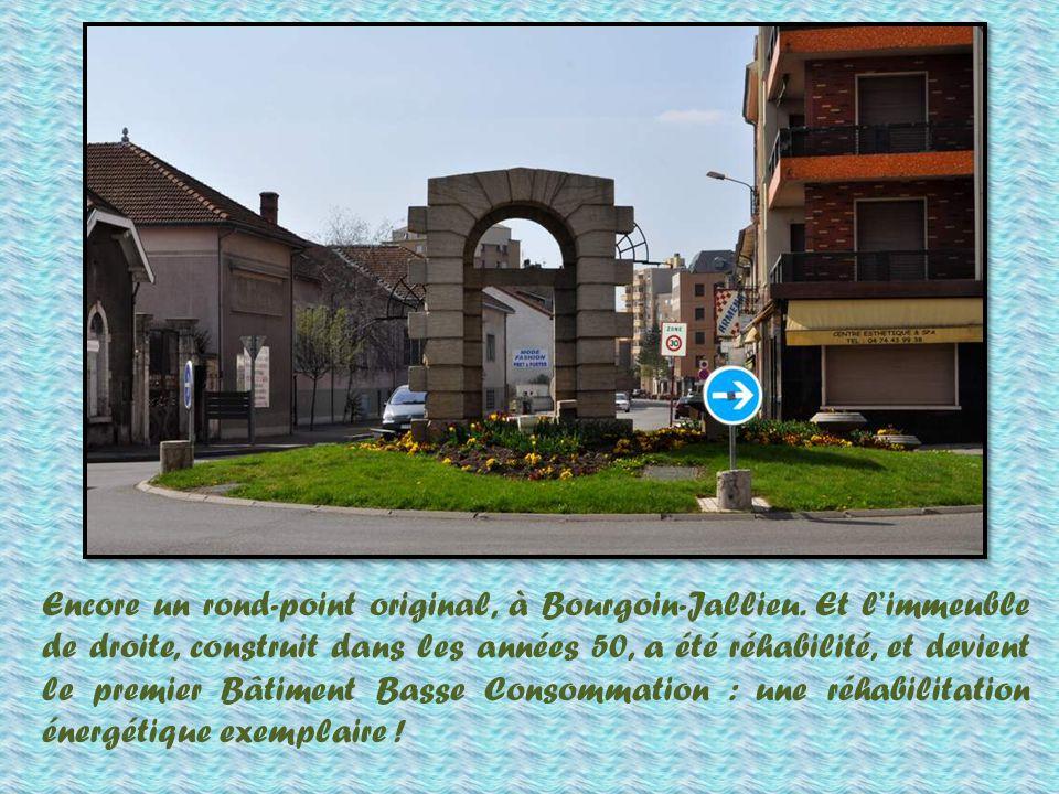 Nous voici à La Verpillière, avec son rond-point original et son bel hôtel de ville.