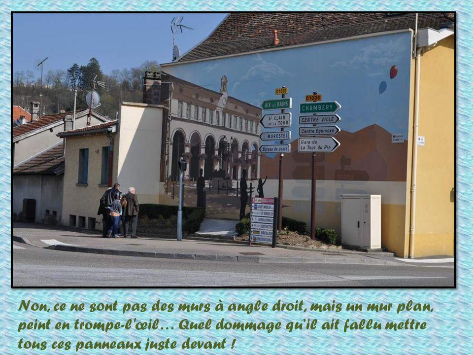 Là encore, dans cette ville, nous retrouvons la beauté des murs peints… Regardez les deux chats qui se pour- suivent…