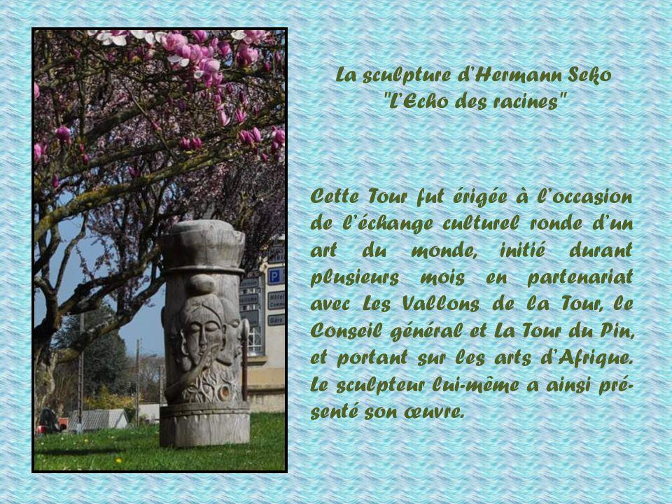 Devant la sous-préfecture, cette colonne sculptée que vous voyez à droite, et dont je vous raconte lhistoire ci-après.