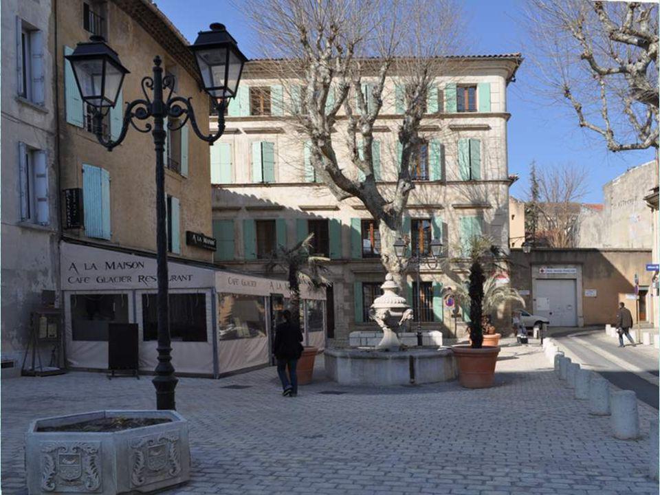Nous quittons ce prestigieux théâtre antique pour faire un petit tour dans la ville. Nous voici sur la place des Cordeliers, animée par une belle font