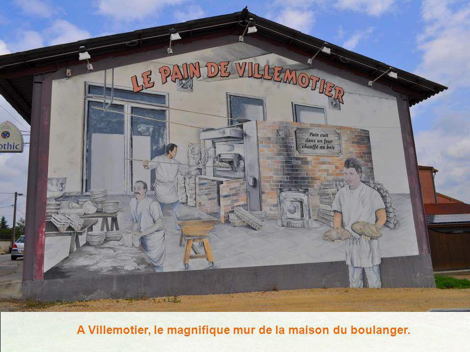 A Saint-Etienne du Bois, un vaste enclos est réservé aux « maisons de Pays » : ici, bien évidemment, la maison de Bresse traditionnelle.