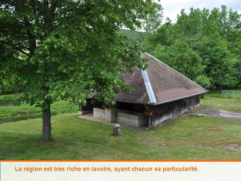 Nous traversons Hièvre-Paroisse, dont le clocher de léclise a un si beau dôme en briques vernissées…