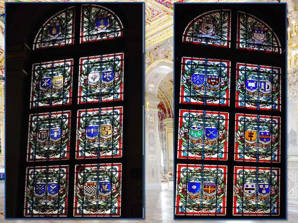 Le décor vitré de l'Hôtel de Ville offre un panorama assez rare du vitrail civil entre 1882 et 1938. Simple vitrerie décorative, armoiries ou composit
