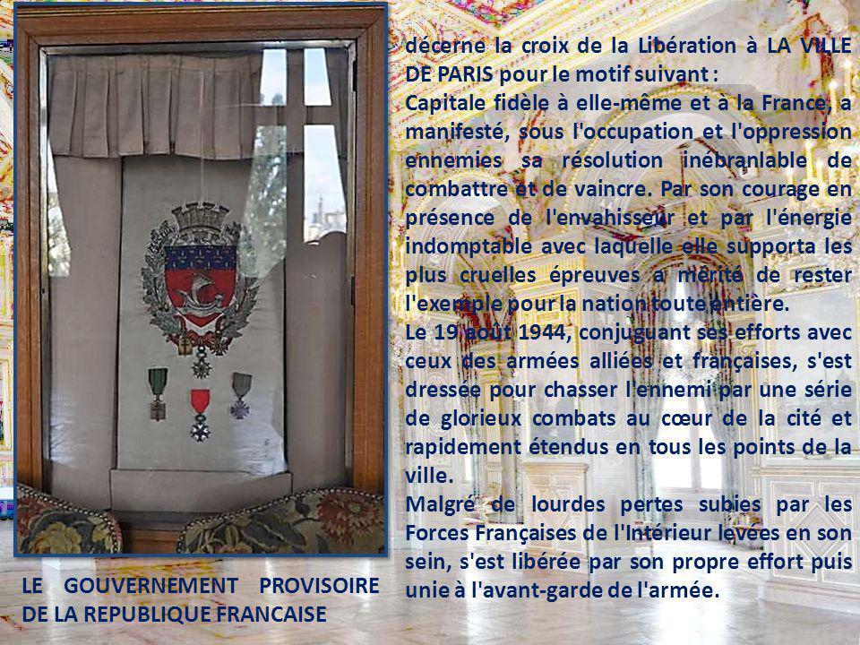 Sur la diapositive ci-dessous : A la place d'honneur, un panneau porte les armoiries de la ville et, épinglées en dessous trois croix de guerre. Sur l