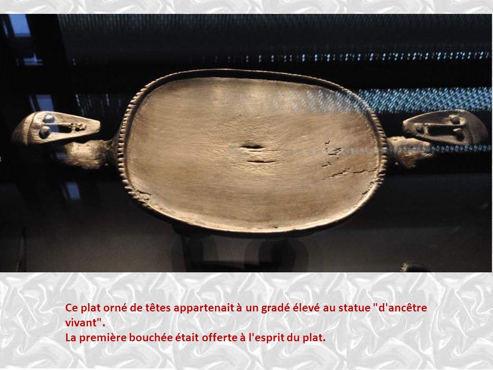 Mélanésie : OBJETS DE PRESTIGE Le système de grades est signifié par de nombreux objets qui indi- quent le statut de leur propriétai- re grâce à un dé