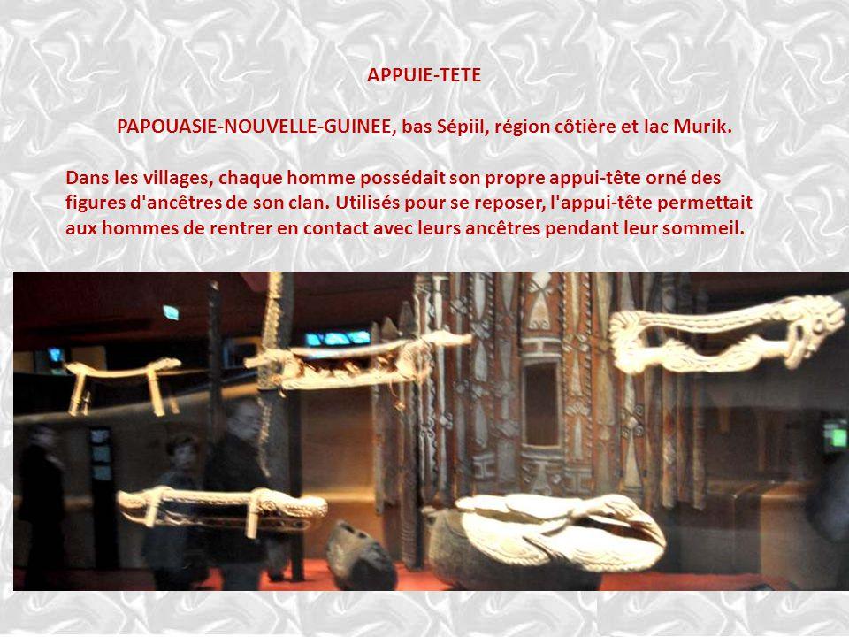 MASQUE DE FACADE Description Visage monumental de bois sculpté en champlevé et peint. La bouche sculptée en ajour montre deux rangées de dents et la l