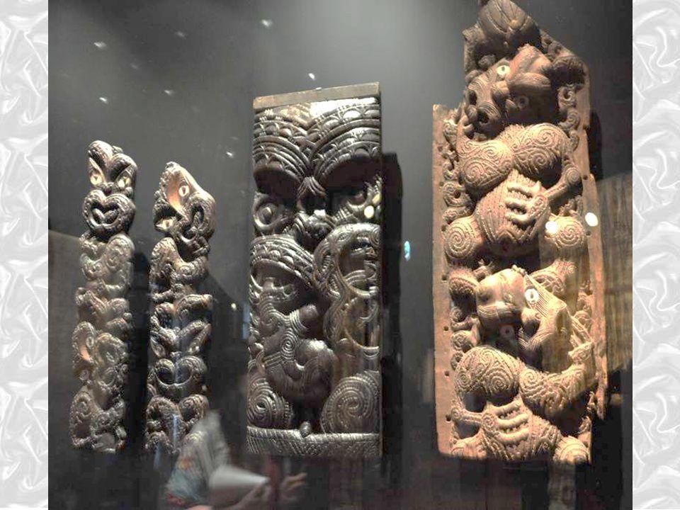Polynésie : l'art maori de Nouvelle-Zélande L'usage de circonvolutions, caractéristique de la sculpture maori, est développé dans l'architecture, les