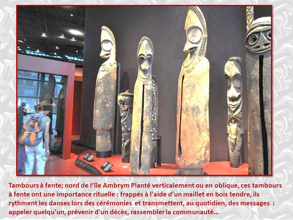 SUPPORT A OFFRANDES Îles Gambier Cette sculpture aux quatre bras tendus était installée à côté des figures de divi- nités. Lors des cérémonies, on y s