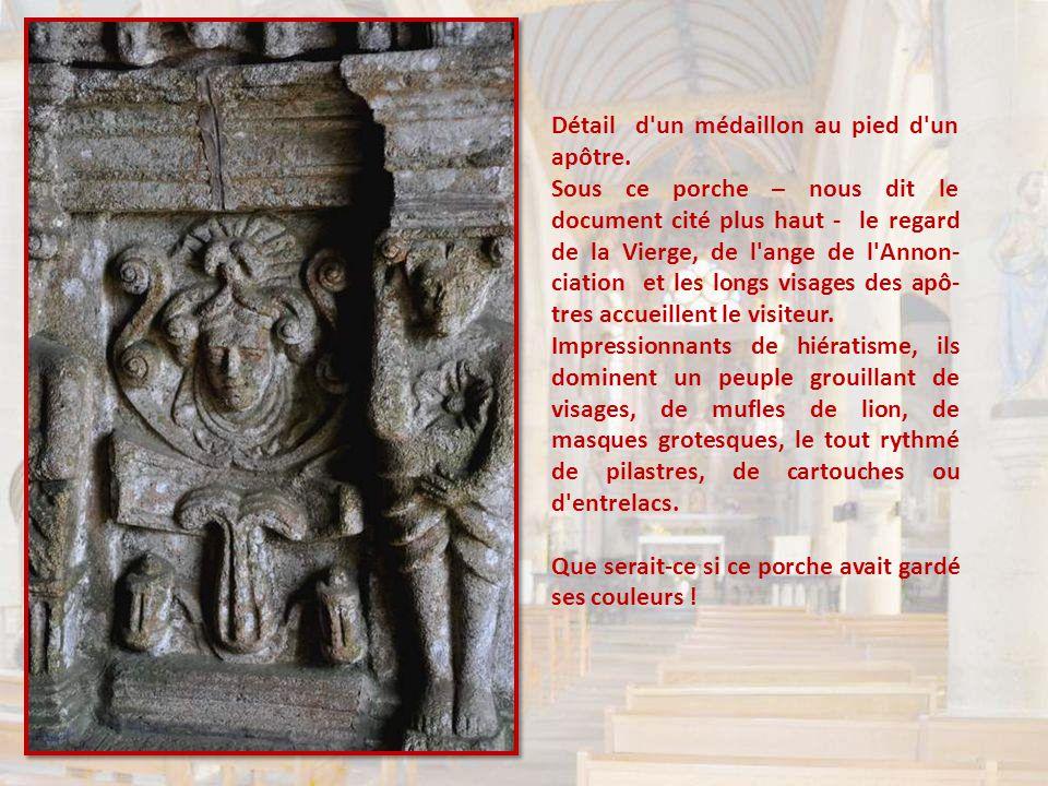 Sous chaque frise, au pied de chaque apôtre, encore une sculpture richement fouillée. Regardez bien : elles sont séparées par des petites colonnes, el