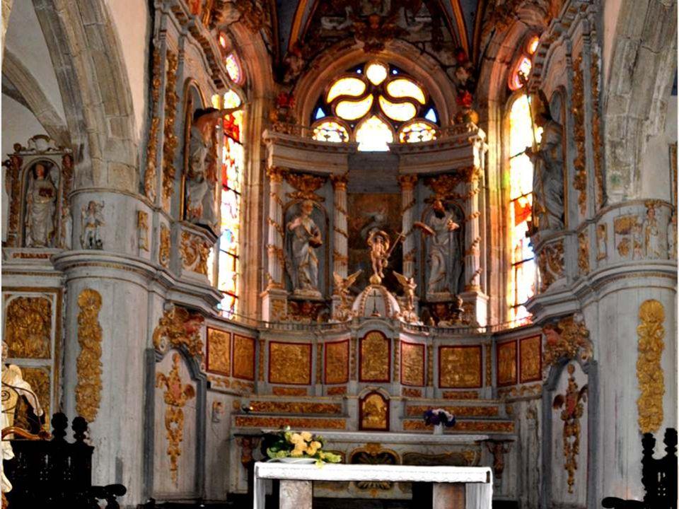Dans le sanctuaire, au-dessus du maître-autel, sont les statues de saint Pierre et de saint Paul ; dans les côtés, celles de l ange Raphaël et de saint Pol de Léon.