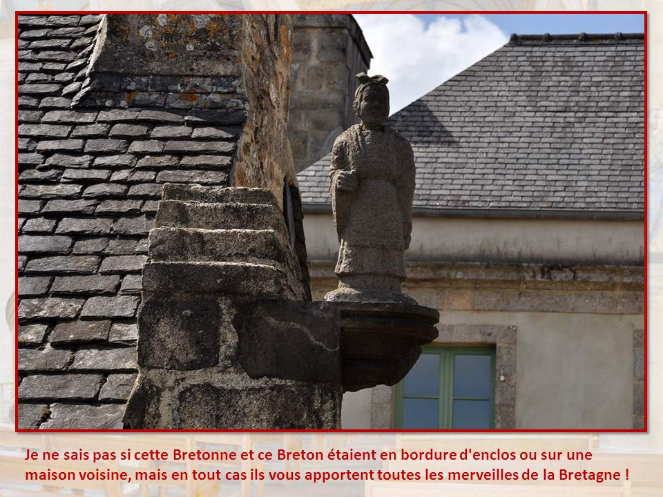 Le baptistère en pierre à dôme et double lanternon (XVIIème siècle) est attribué à Roland Doré.