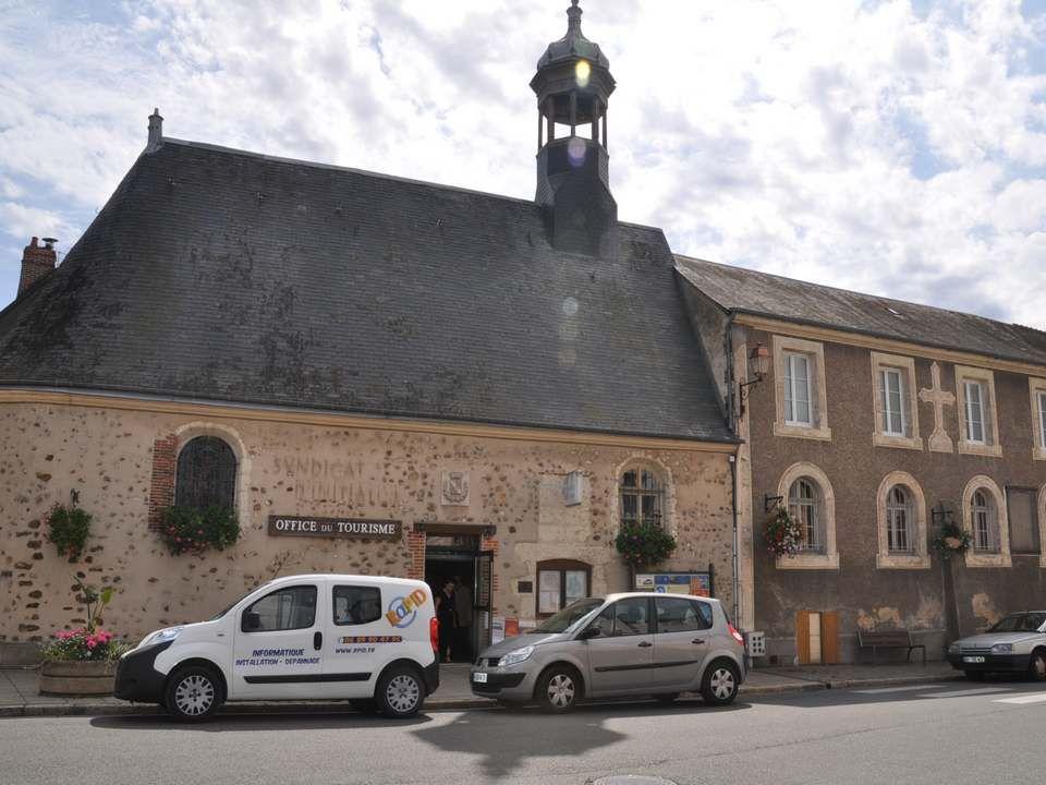 Ce bel ensemble architectural abrite l hôtel de Ville de Brou.