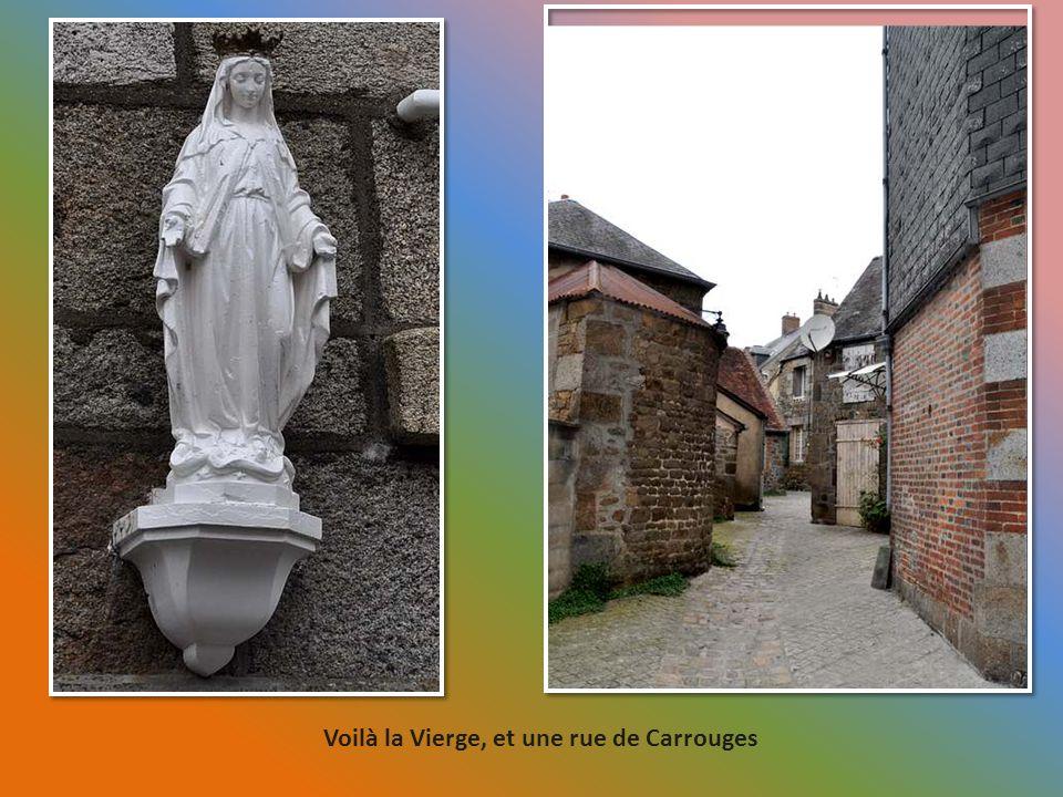 A Carrouges, une Vierge sur une maison.