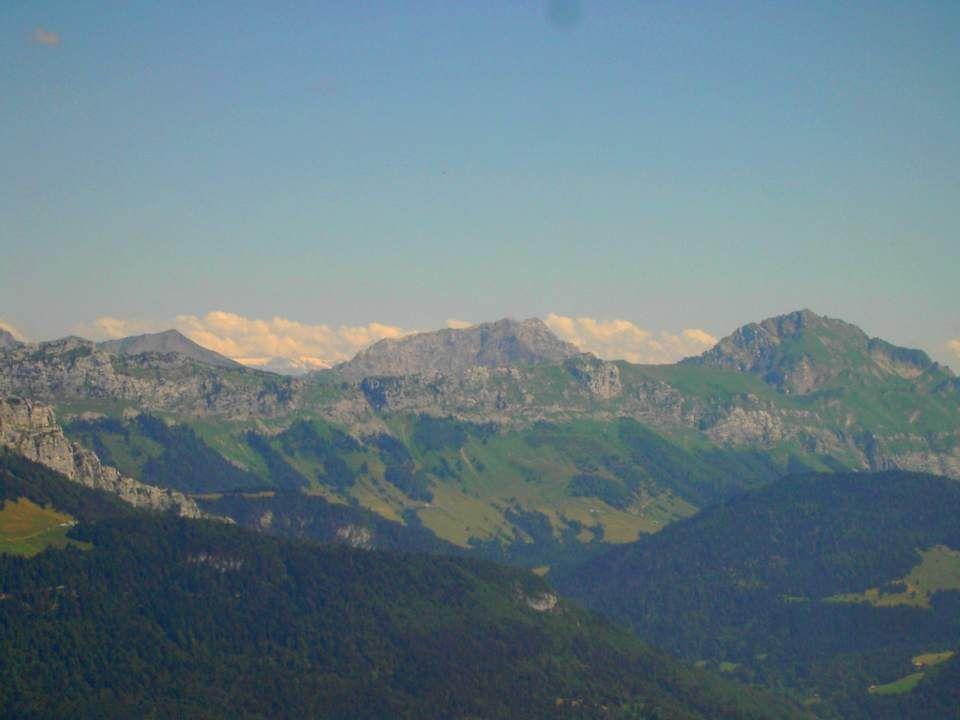Le Massif des Bauges est un maillon de la longue chaîne des Préalpes , dans les Alpes du Nord, au même titre que le Vercors, la Chartreuse, les Aravis...
