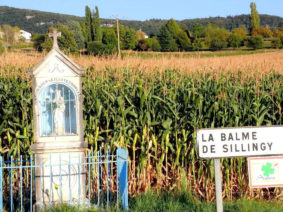 Partout en France, sur le bord des routes, sur le mur des maisons, en plein champ ou en pleine ville, on rencontre ces témoignages de foi.
