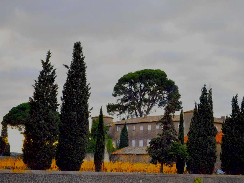 Dans le sur de la France, vers la Provence, dans des paysages écrasés de soleil ou secoués par le vent dautan, les bâtisses comme celle-ci se tassent sur la terre ocre, essayant de se garantir du vent derrière leurs cyprès.