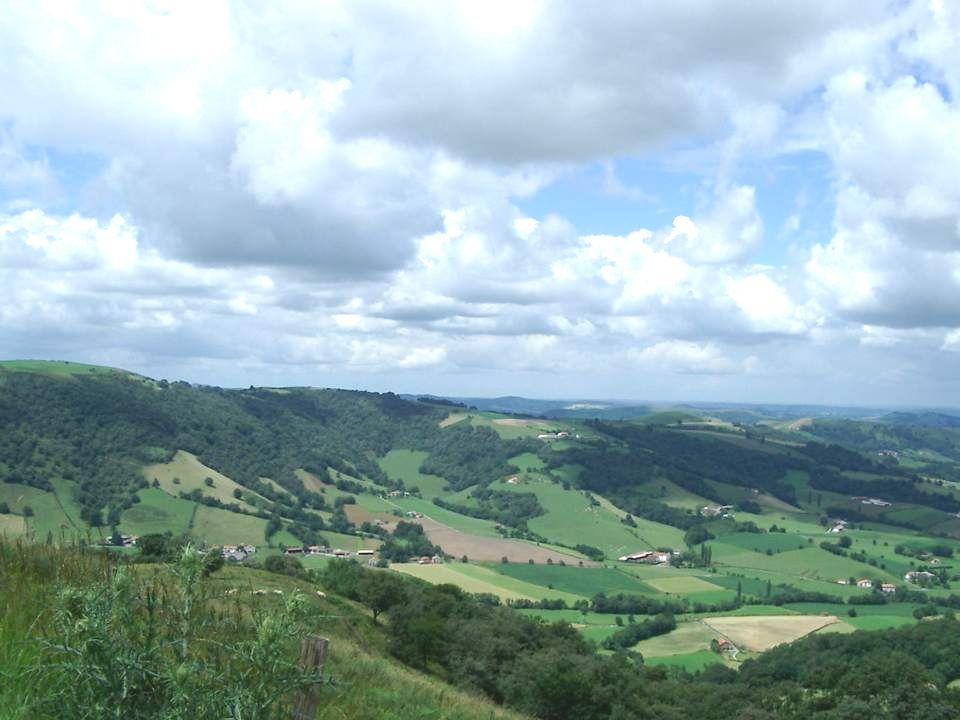 Le Pays basque ou Euskal Herria (parfois eskual herria) en basque est un territoire qui s étend de part et d autre des Pyrénées occidentales sur plusieurs régions administratives dont le statut politique et juridique de chacune des provinces historiques varie en France et en Espagne, et couvre un peu plus de 20 500 km² où habitent environ 3 millions de personnes.