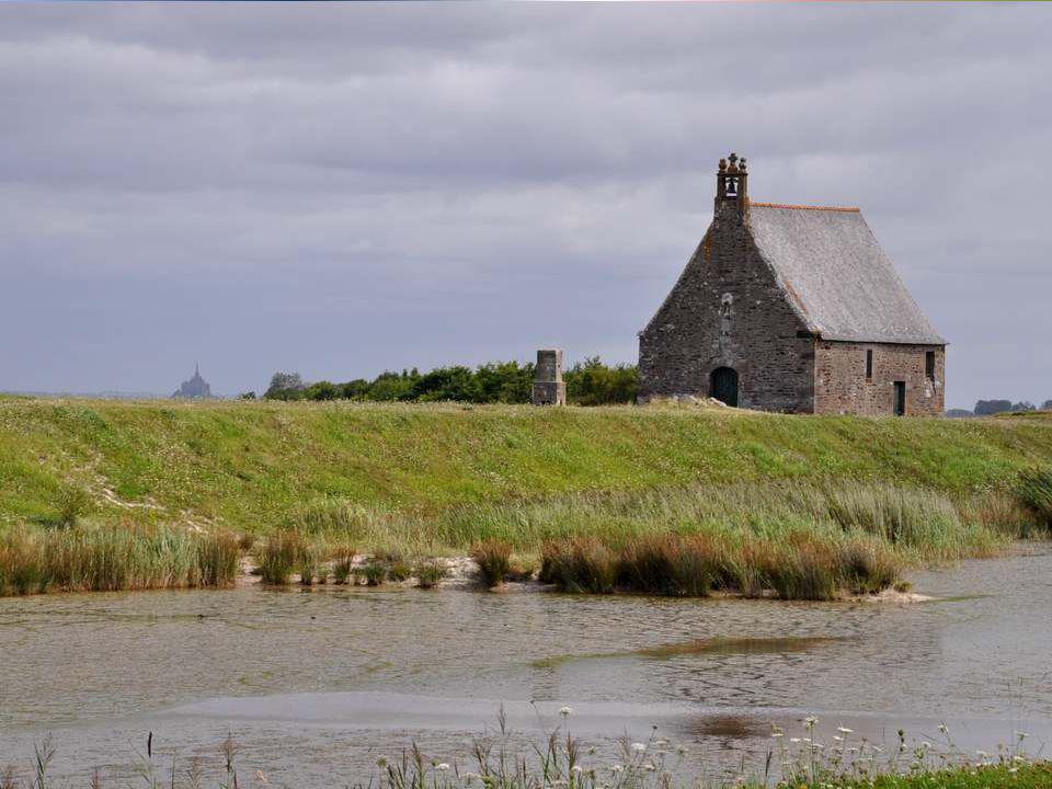 Une petite chapelle domine un autre coin du paysage… Le Site de la Chapelle Sainte-Anne fait partie du Grand Site National de la Baie du Mont- Saint-Michel (site classé).