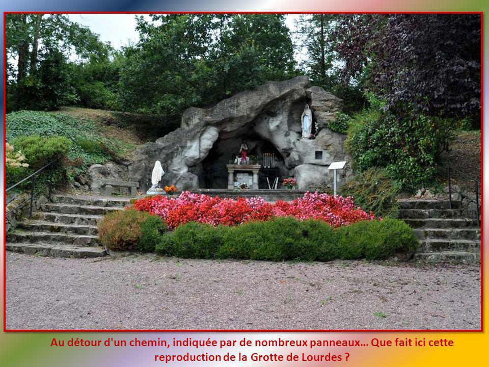 Au détour d un chemin, indiquée par de nombreux panneaux… Que fait ici cette reproduction de la Grotte de Lourdes ?
