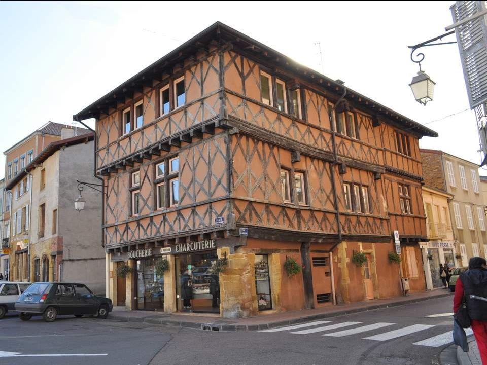 Aune centaine de kilomètres de Nevers, Charlieu est une petite ville très agréable pleine de trésors. Irriguée par le Sornin, placée aux confins dun v