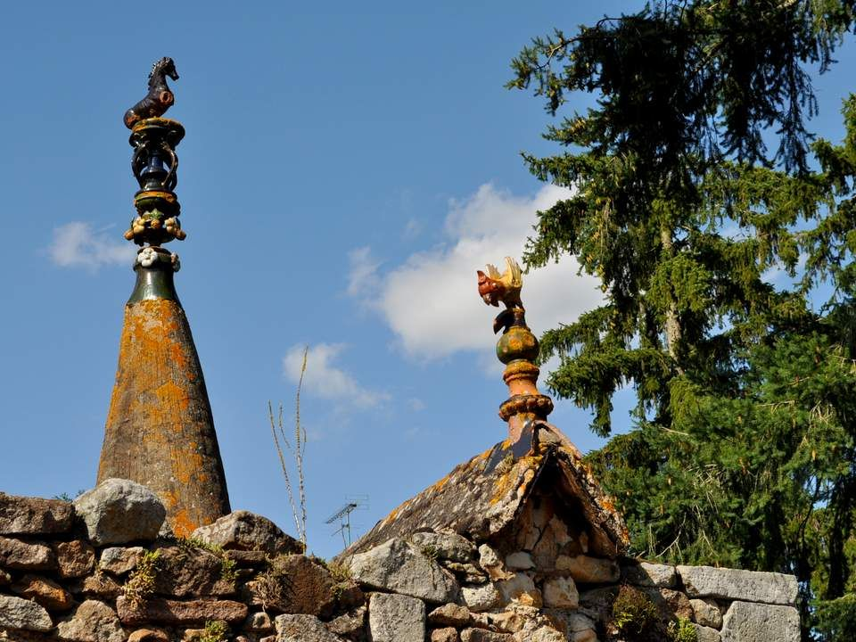 Sur les petites routes du Cher, en allant à Culan, nous sommes tombées en arrêt devant une maison toute ornée de chapiteaux et statuettes.