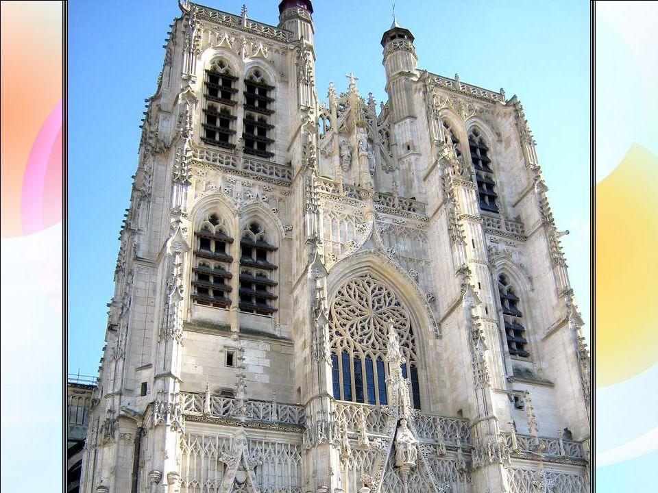 Dans la Baie de Somme, la magnifique cité dAbbeville nous offre des merveilles, comme cette Collégiale Saint Vulcran, construite en lhonneur des reliques de Saint Vulcran (vous vous en seriez doutés) offertes au XII° siècle à léglise paroissiale par le Comte de Ponthieu.