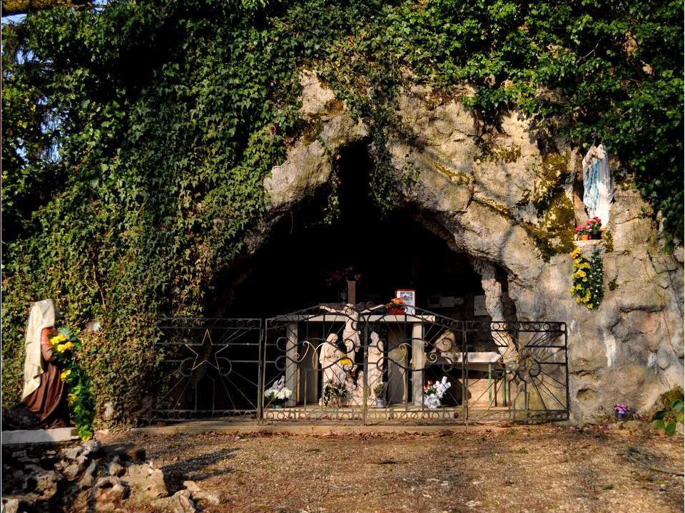 Entre Thurey et Lessard-En-Bresse, nous roulons tranquillement, lorsquune statue de Sainte Thérèse attire notre attention, en plein milieu de nulle part.