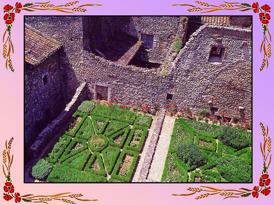 Le port de La Rochelle (17 – Charente Maritime) Sise en bordure de locéan Atlantique, protégée des tempêtes par la barrière des îles de Ré, dOléron, (ne pas confondre avec Oloron- Ste-Marie, ma ville !) dAix et Madame, la ville de La Rochelle est avant tout un complexe portuaire de premier ordre depuis le XII° s.