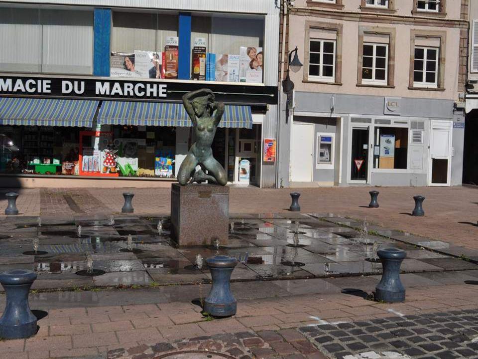 Devant loffice du tourisme de Sarre- bourg, cette émouvante statue inti- tulée Sun et Bios, chien daveugle.