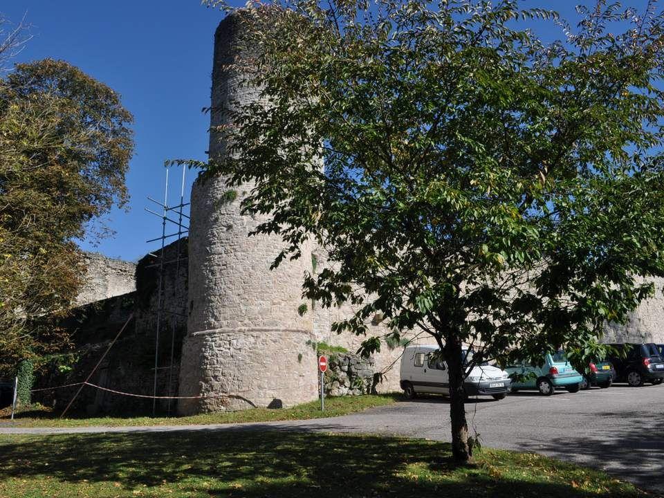 La ville a été fortifiée au 13° siècle, et garde encore des vestiges importants, comme ces deux tours place de la Liberté.