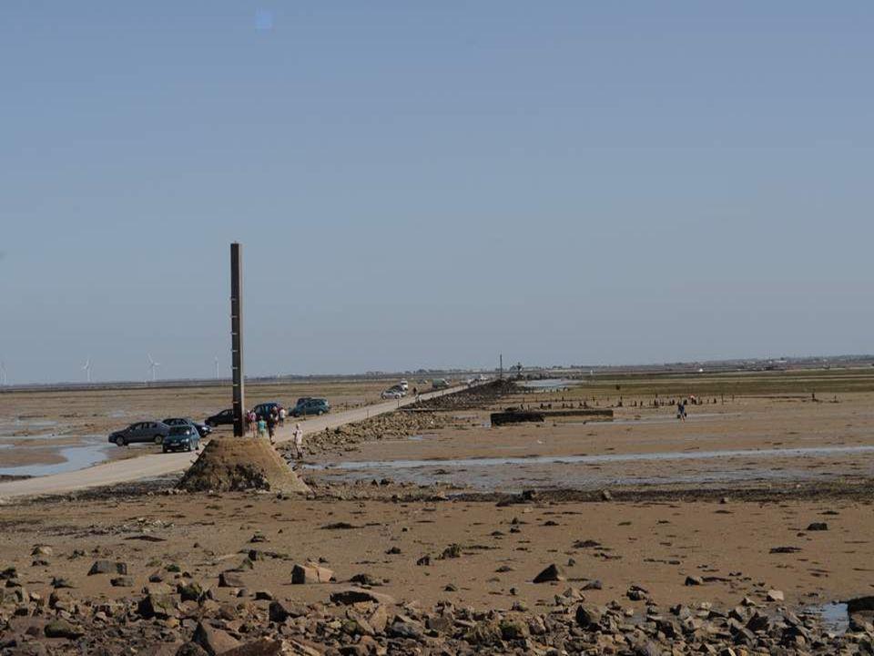 Le Gois : une digue, une route qui traverse la mer, et qui est submergée à chaque marée, et donc praticable à certaines heures…