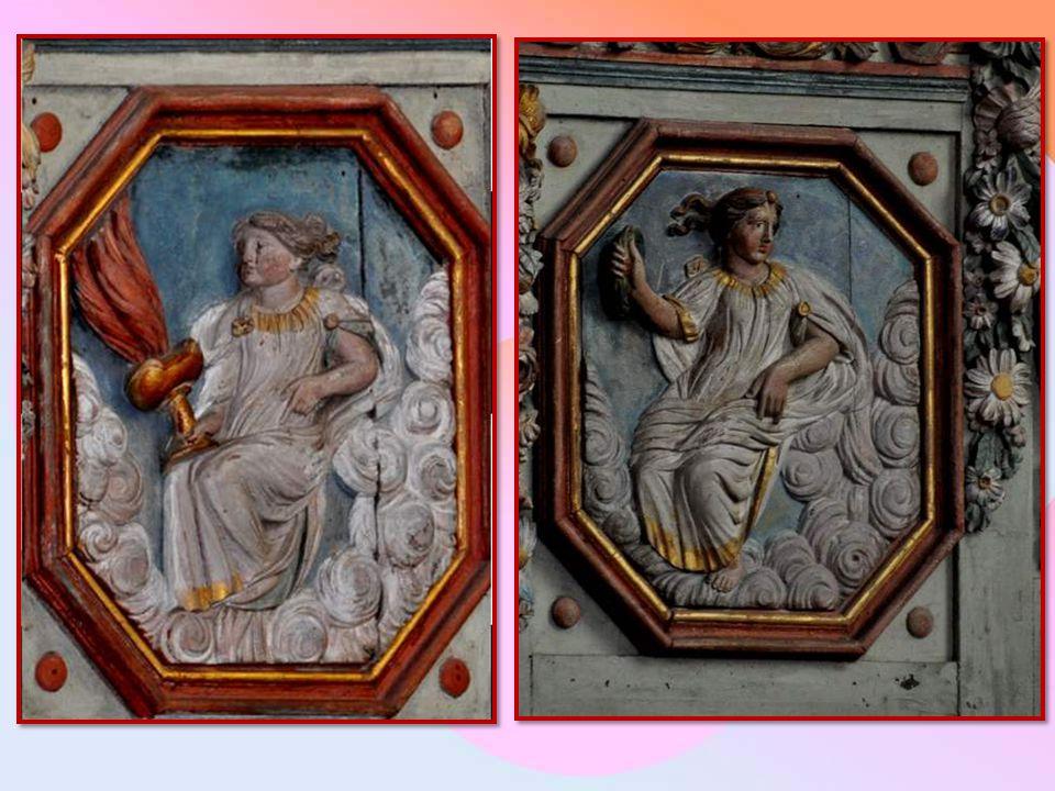Cette photo permet de mieux voir l'ensemble de l'autel central et des deux autels latéraux, magnifique ensemble blanc et or…