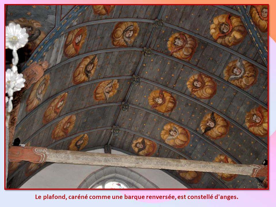 Les Fonts Baptismaux : La cuve baptismale date de 1612. Le baldaquin, soutenu par six colonnes, est surmonté d'une statue de saint Michel terrassant l
