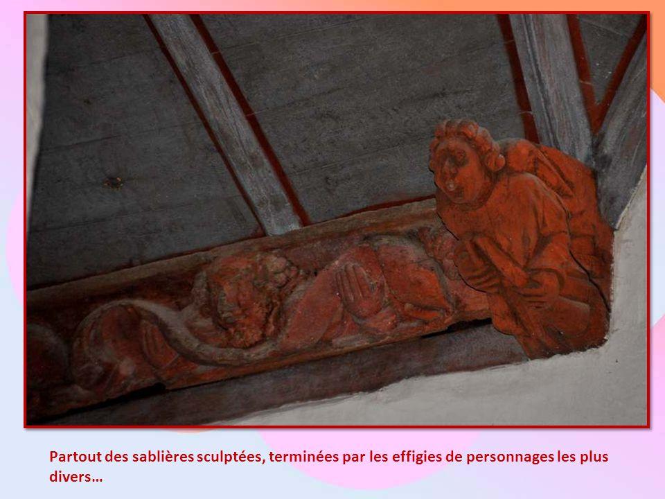 Le plafond, caréné comme une barque renversée, est constellé d'anges.