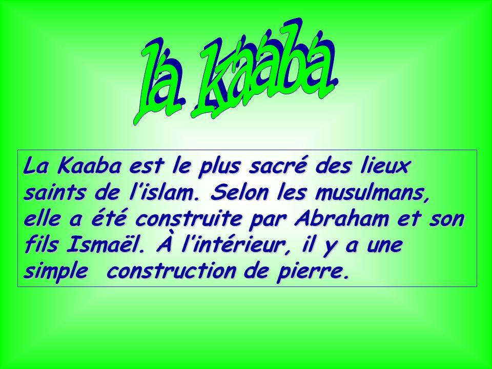 La Kaaba est le plus sacré des lieux saints de lislam. Selon les musulmans, elle a été construite par Abraham et son fils Ismaël. À lintérieur, il y a