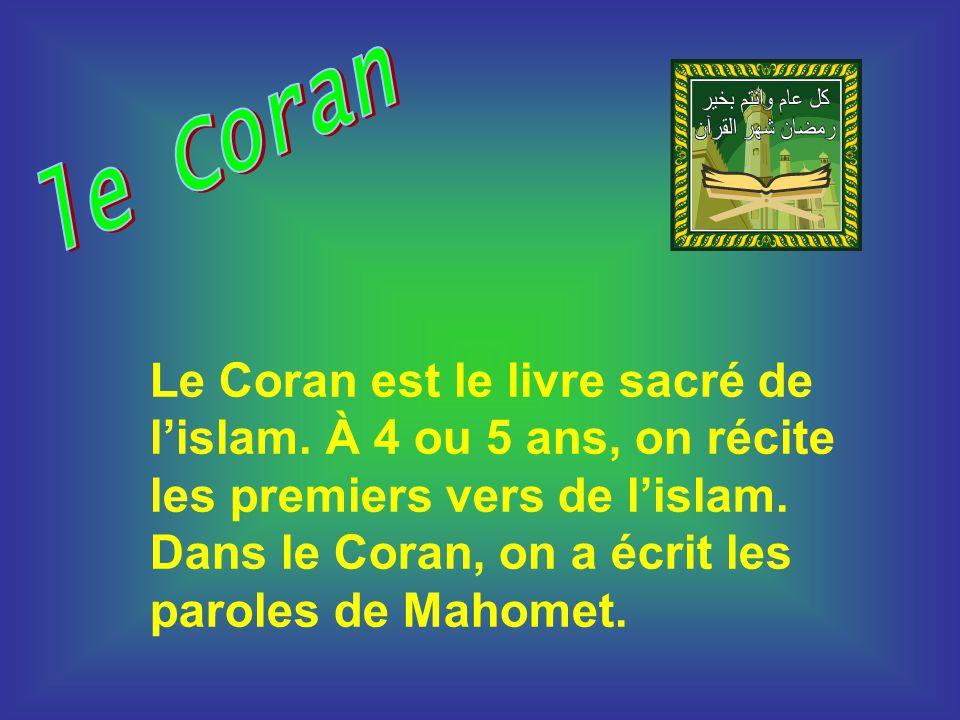 Le Coran est le livre sacré de lislam. À 4 ou 5 ans, on récite les premiers vers de lislam. Dans le Coran, on a écrit les paroles de Mahomet.