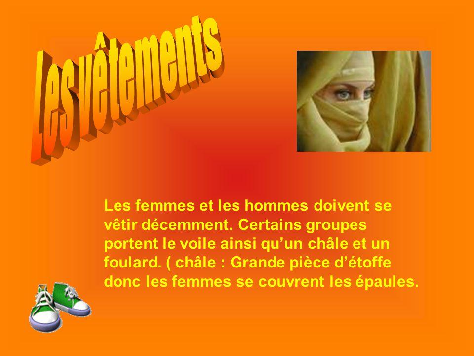 Les femmes et les hommes doivent se vêtir décemment. Certains groupes portent le voile ainsi quun châle et un foulard. ( châle : Grande pièce détoffe