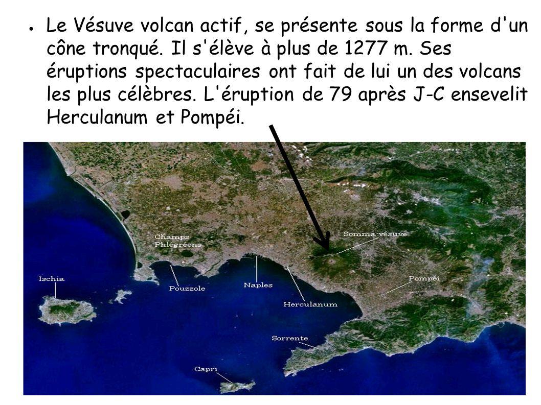 Le Vésuve volcan actif, se présente sous la forme d'un cône tronqué. Il s'élève à plus de 1277 m. Ses éruptions spectaculaires ont fait de lui un des
