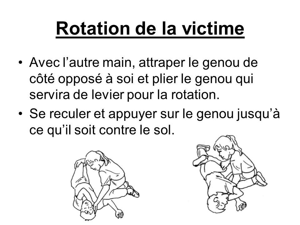 Rotation de la victime Avec lautre main, attraper le genou de côté opposé à soi et plier le genou qui servira de levier pour la rotation. Se reculer e