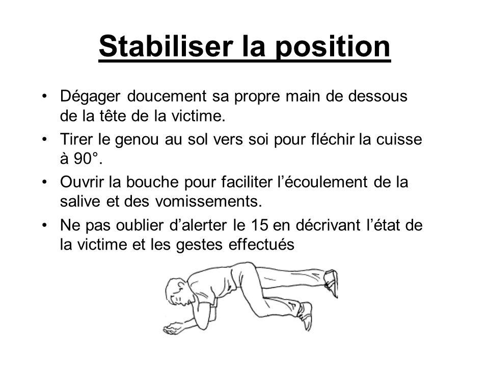 Stabiliser la position Dégager doucement sa propre main de dessous de la tête de la victime. Tirer le genou au sol vers soi pour fléchir la cuisse à 9