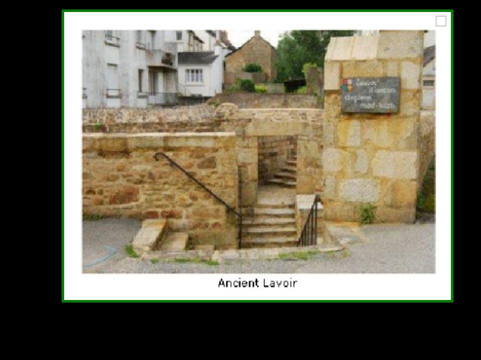 Alimenté par une source, l eau s en écoule au Sud par un aqueduc voûté qui alimentait les douves du Château.